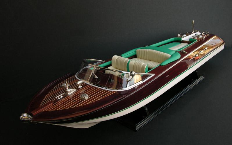 This Riva Aquarama Special model features: